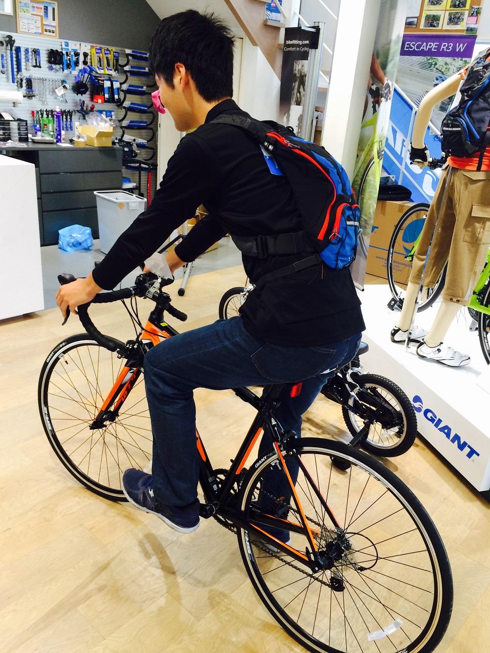 2a8f9f61a180 SHIMANOの自転車専用のリュックを身長184cmの井上(慶)が背負ってみました。