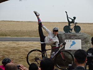 琵琶湖サイクリストの聖地碑と田中セシルさん